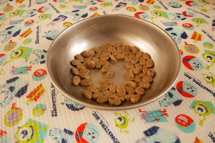 ニュートロ シュプレモ ダックロースト粒をお湯でふやかした画像