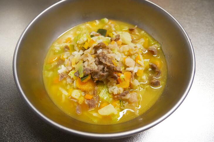 牛肉と野菜、ご飯粒入りの手作りご飯画像