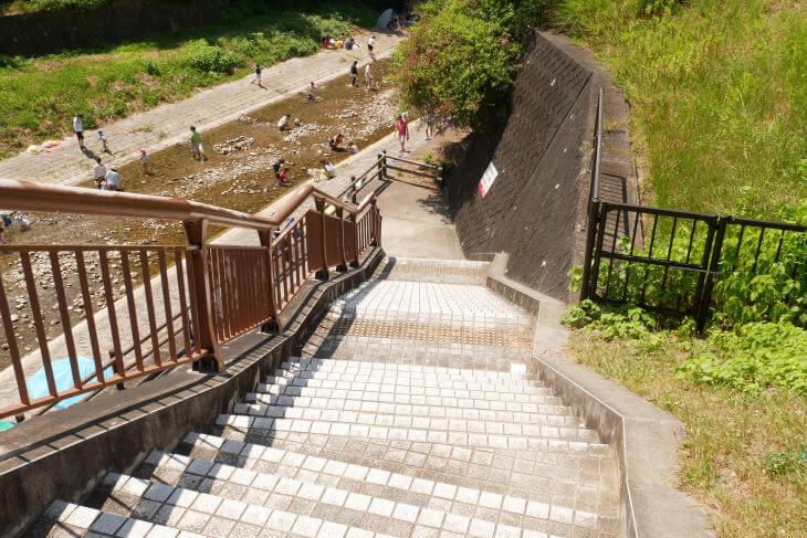 石川の河川敷へ下りる階段画像