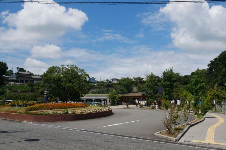 石川の河川敷側から撮った道の駅 奥河内くろまろの郷画像